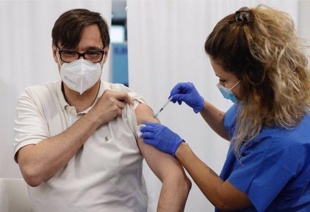 Salvador Illa (PSC) rep la primera dosi de la vacuna contra el coronavirus.