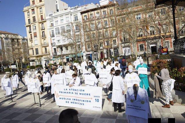 Archivo - Profesionales sanitarios colocan maniquíes como signo de protesta durante el inicio de una huelga indefinida y completa convocada para más de 5.000 médicos de Atención Primaria de la Comunidad de Madrid, en la Plaza de Chamberí, frente a la Cons