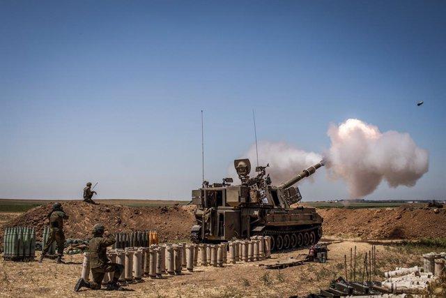 19 May 2021, Israel, Sderot: An Israeli artillery fires towards Gaza Strip from a position at the Israeli-Gaza border near Sderot, amid the escalating flare-up of Israeli-Palestinian violence. Photo: Ilia Yefimovich/dpa