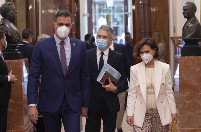 (I-D) El president del Govern, Pedro Sánchez; el ministre de l'Interior, Fernando Grande-Marlaska; i la vicepresidenta primera, Carmen Calvo, a la seva arribada al Congrés