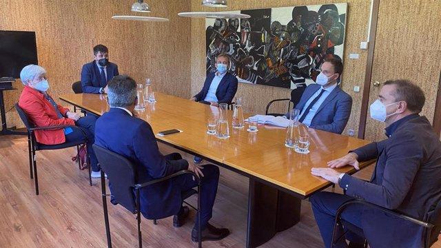 El presidente de la AFE, David Aganzo, en una reunión en el CSD con su presidente, José Manuel Franco.
