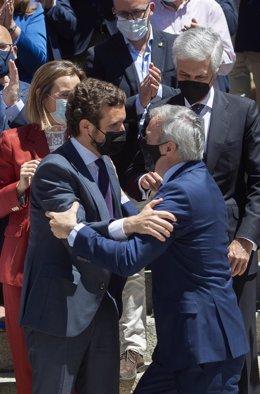 El líder del PP, Pablo Casado, saluda alcaldes, portavoces de ayuntamientos y presidentes de la Diputación del Partido Popular en una concentración a las puertas del Congreso de los Diputados, a 19 de mayo de 2021, en Madrid (España).