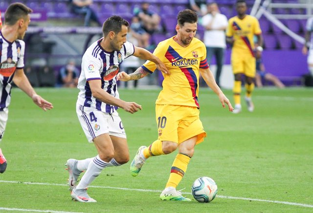 Archivo - Lionel Messi of FC Barcelona and Kiko Olivas of Real Valladolid fight for the ball during the spanish league, La Liga, football match played between Real Valladolid and FC Barcelona at Jose Zorrilla Stadium on July 11, 2020 in Valladolid, Spain.
