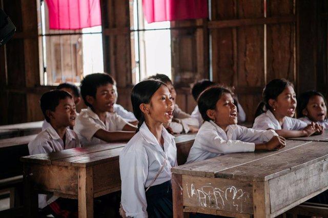 Aula de un colegio de Camboya beneficiada de los proyectos de AUARA para reducir el absentismo escolar