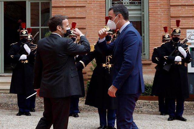 Archivo - El presidente del Gobierno, Pedro Sánchez (d), saluda al presidente de la República Francesa, Emmanuel Macron (i), de cara a la XXVI Cumbre hispano-francesa, en Montauban, (Francia), a 15 de marzo de 2021. Sánchez y Macron mantienen este lunes s