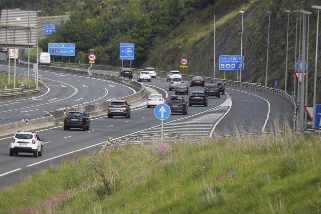 Diversos vehicles circulen per l'autopista que separa Euskadi de Cantàbria, a 9 de maig de 2021, en El Faig, en la pedania d'Ontón, Castro Urdiales, Cantàbria (Espanya). L'estat d'alarma que el Govern va decretar per segona vegada fa sis mesos va acabar a