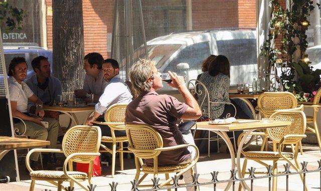 Varias personas en una terraza