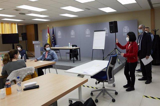 Archivo - La ministra de Sanidad, Carolina Darias durante su visita al centro de examen de las pruebas de Formación Sanitaria Especializada (FSE), en el Ministerio de Sanidad de Madrid (España), a 27 de marzo de 2021. Un total de 29.251 aspirantes están l