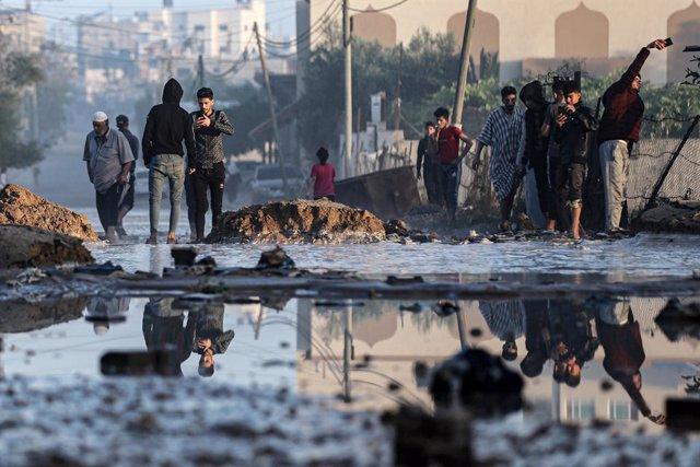 Palestins inspeccionen els danys després dels atacs aeris israelians en Jan Yunis.