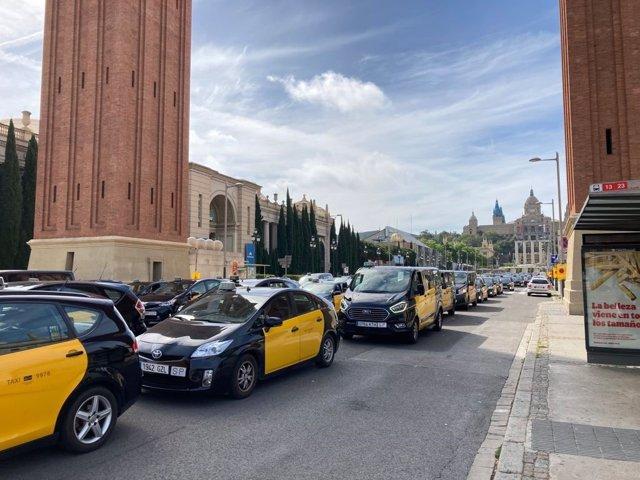 Uns 400 taxistes es manifesten a Barcelona per exigir que les VTC compleixin la normativa.