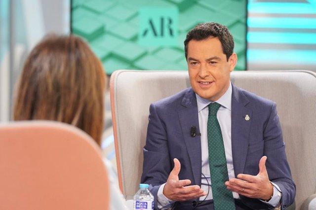 El presidente de la Junta de Andalucía, Juanma Moreno, en una entrevista en Telecinco.