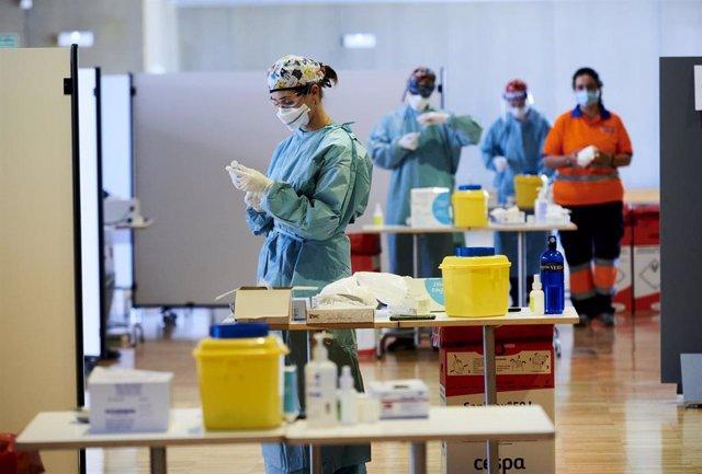 Archivo - Una profesional sanitaria en el dispositivo de vacunación masiva frente al Covid-19, en el Palacio de Exposiciones y Congresos de Santander.