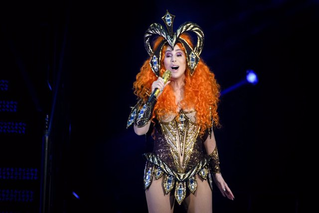 """Archivo - 22 April 2019, Canada, Toronto: American singer and actress Cher (C) performs in concert during her """"Here We Go Again Tour"""" at the Scotiabank Arena. Photo: Angel Marchini/ZUMA Wire/dpa"""