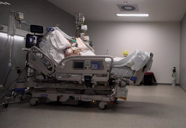 Un enfermo en una cama de la UCI del Hospital de Emergencias Isabel Zendal, Madrid (España)