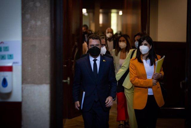 El candidat d'ERC a la presidència de la Generalitat, Pere Aragonès, i la secretària general adjunta i portaveu d'ERC, Marta Vilalta, arriben al ple d'investidura.