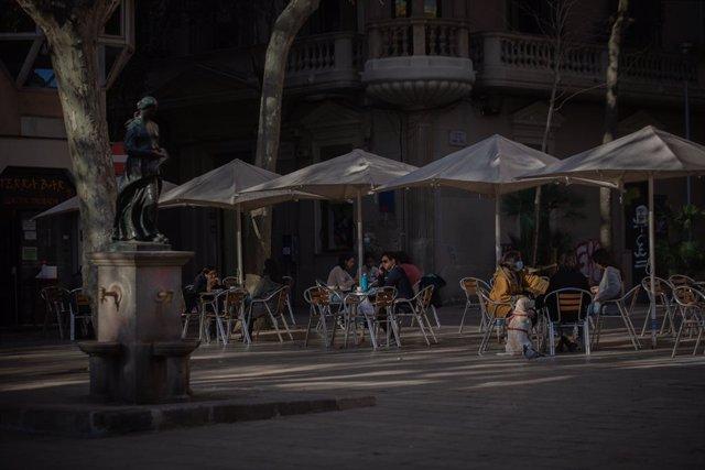 Archivo - Arxiu - Diverses persones en una terrassa de Barcelona.