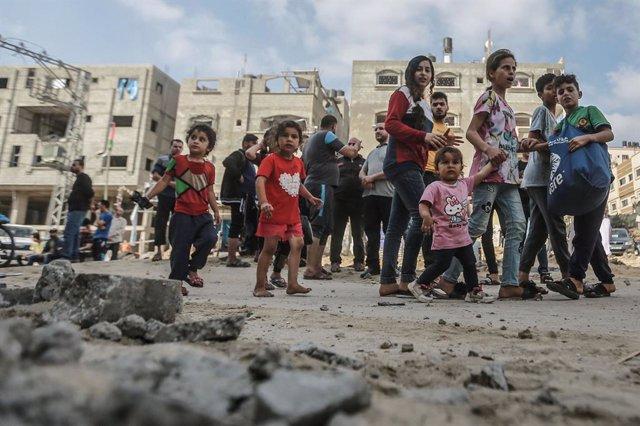 Un grup de nens palestins passegen pels enderrocs deixats pels atacs d'Israel sobre la Franja de Gaza