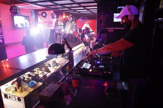 Un dels bars musicals de Sitges (Barcelona) del primer assaig en l'oci nocturn a Catalunya davant la pandèmia de coronavirus