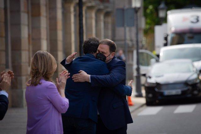 El líder d'ERC, Oriol Junqueras, s'abraça amb el dirigent republicà Sergi Sabrià al Parlament.