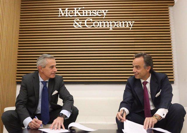 Arxiu - El president d'Europa Press, Asís Martín de Cabiedes (esquerra), i el de McKinsey, Alejandro Beltrán (dreta), signen l'acord de col·laboració per posar en funcionament la plataforma Generación de Oportunidades a la seu de McKinsey.
