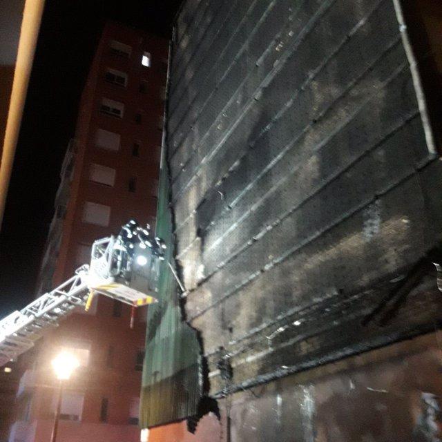 Edifici del barri del Besòs de Barcelona afectat per un incendi a la façana.