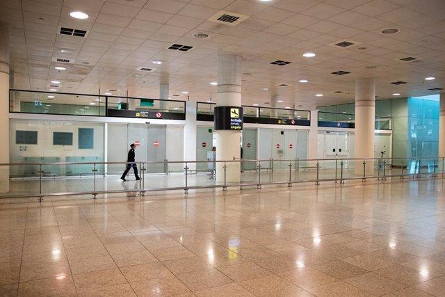 Archivo - Arxiu - Un passatger a l'Aeroport del Prat de Barcelona.