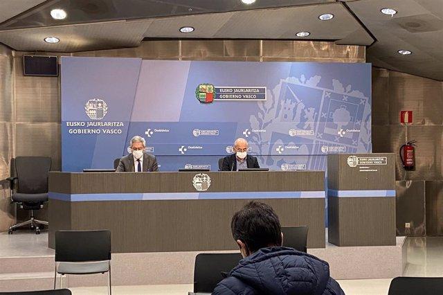El viceconsejero de Salud, José Luis Quintas, y el subdirector de Salud Pública y Adicciones Koldo Cambra, en rueda de prensa en Bilbao.