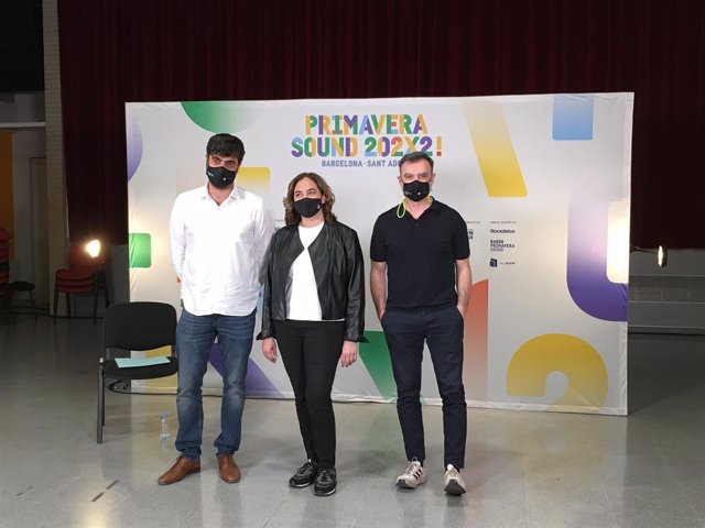 L'alcaldessa de Barcelona, Ada Colau, amb els dos codirectors del Primavera Sound, Alfonso Lanza (e) i Alberto Guijarro (d)