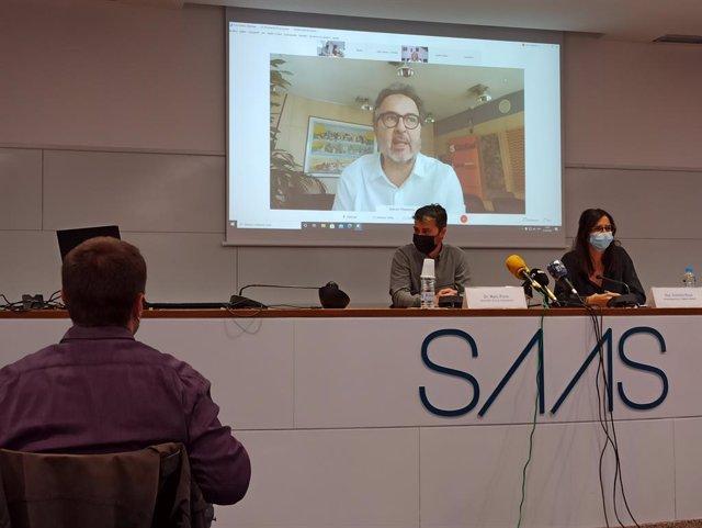 Marc Pons d'Actua Innovació i la doctora Cristina Royo amb el doctor Antoni Plasència en pantalla, en la roda de premsa.