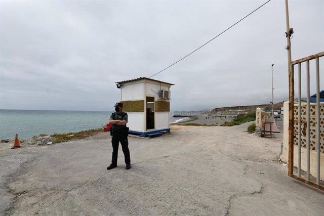 Un agente de Guardia Civil vigila en la frontera de Ceuta para retornar a su país de origen durante una jornada tranquila en Ceuta