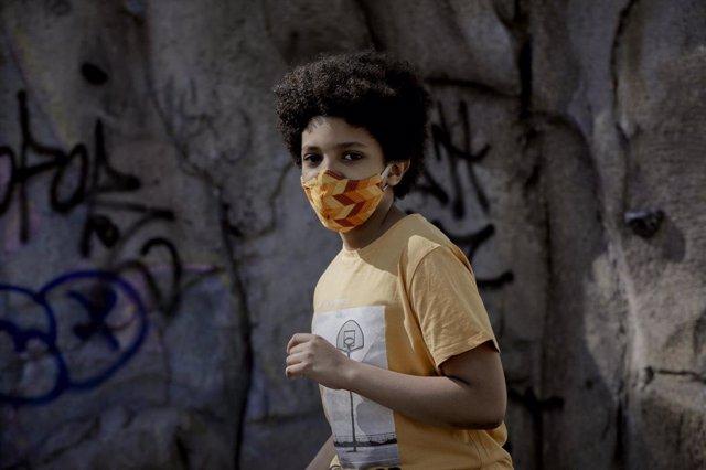 Archivo - El niño actor y modelo Hugo Ndiaye, de 10 años, pasea el primer día en el que los menores de 14 años de la Comunidad de Madrid pueden realizar paseos entre las 10 y las 13 horas y entre las 17 y las 21 horas, tras decidir la Comunidad de Madrid