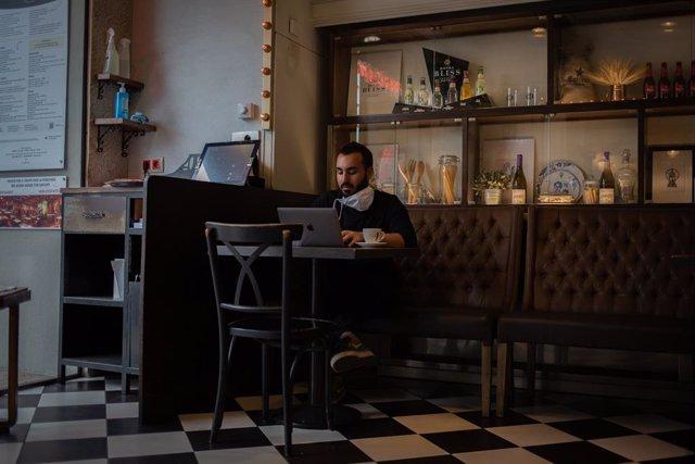 Archivo - Arxiu - Un client pren un cafè a l'històric local barceloní Núria de Barcelona.