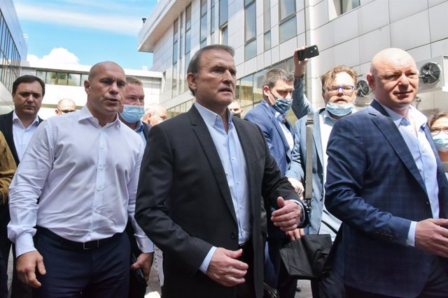 "21 May 2021, Ukraine, Kiev: Viktor Medvedchuk (C), leader of the Ukrainian Opposition Platform - For Life arrives to the Appeal Court of Kiev where he has railed against a court decision to prosecute him for ""high treason"". Photo: -/Ukrinform/dpa"