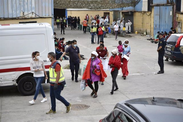 Profesionales sanitarios realizan pruebas PCR y atienden a varios jóvenes en la nave de primera acogida del polígono del Tarajal, a 19 de mayo de 2021, en Ceuta (España).