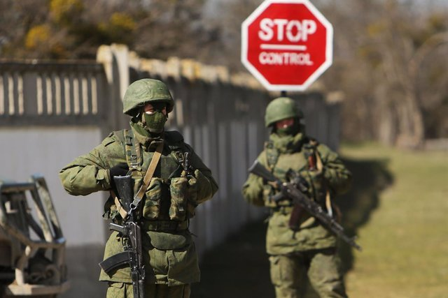 Archivo - Soldados ucranianos a la entrada de la base militar de Prevelvalne, cerca de la ciudad de Simferopol de Crimea, en marzo de 2014