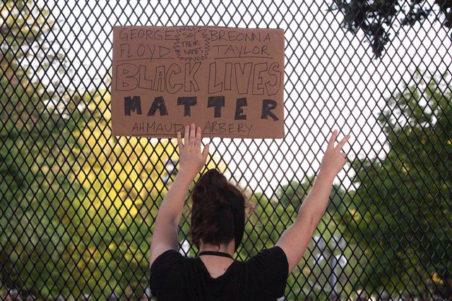 Archivo - 02 June 2020, US, Washington, DC: A woman holds a sign as she takes part in a protest outside the White House following the violent death of the African-American George Floyd by a white policeman in Minneapolis last week. Photo: Eman Mohammed/ZU