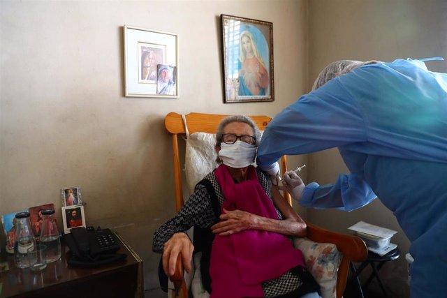 Vacunación de personas mayores en Perú
