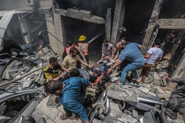 20 May 2021, Palestinian Territories, Gaza City: Palestinian paramedics dig up the body of a person found in the rubble of a collapsed house following an Israeli airstrike, amid the escalating flare-up of Israeli-Palestinian violence. Photo: Mohammed Tala