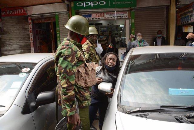 Archivo - La Policía de Nairobi detiene a una mujer durante unas protestas en la ciudad de Nairobi, Kenia.