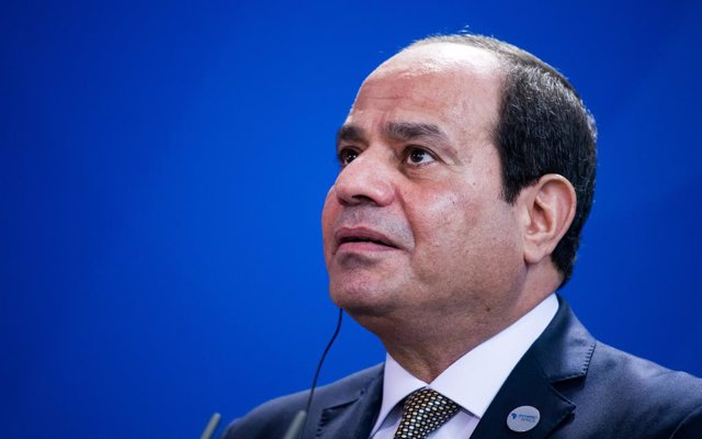 """Archivo - FILED - 30 October 2018, Berlin: Egyptian President Abdel Fattah El-Sisi attends a press conference with German Chancellor Angela Merkel at the Federal Chancellery. """"We are not thinking of using migrants for political or economical blackmail,"""" E"""