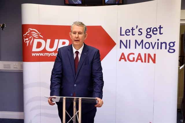 Archivo - HANDOUT - 05 October 2020, United Kingdom, Belfast: Edwin Poots, Northern Ireland's environment and agriculture minister and Leader Designate of the Democratic Unionist Party (DUP), speaks at a press conference following the DUP Leadership Elect