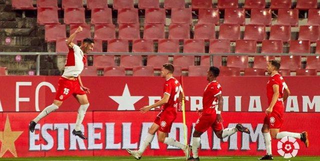 Juanpe celebra con sus compañeros el 1-0 en el Girona-Sporting de LaLiga SmartBank 2020-2021