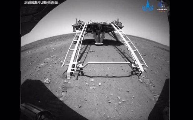 Imagen de la plataforma de aterrizaje de la misión Tianwen 1 tomada por el rover Zhurong después de descender a la superficie de Marte