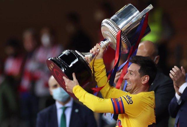 Archivo - 17 April 2021, Spain, Sevilla: Barcelona's Lionel Messi celebrates with the trophy, after winning the Spanish Copa del Rey (King's Cup) final soccer match against Athletic Bilbao at Estadio La Cartuja de Sevilla. Photo: Jose Luis Contreras/DAX v
