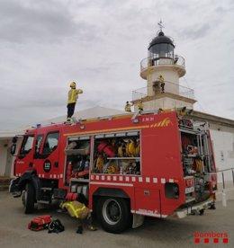 Bombers de la Generalitat rescaten un jove després de caure per una claraboia del far del Cap de Creus