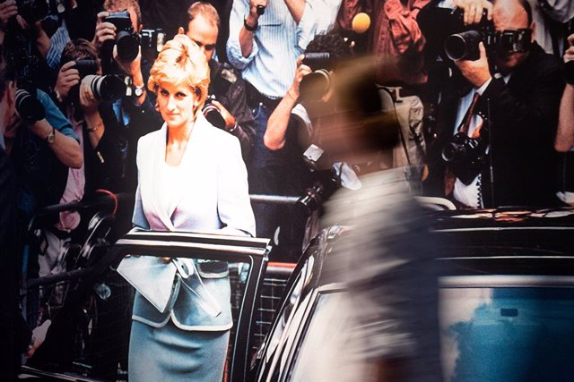 """Archivo - 09 July 2019, North Rhine-Westphalia, Bonn: A visitor walks past a picture of Princess Diana displayed as part of the """"Very British"""" exhibition at the House of the History of the Federal Republic of Germany. Photo: Federico Gambarini/dpa"""