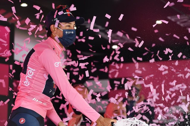 21 May 2021, Italy, Verona: Colombian cyclist Egan Bernal of team Ineos Grenadiers celebrates on the podium in the jersey of the leader in overall classification after the end of the thirteenth stage of the 104th edition of the Giro d'Italia cycling race,