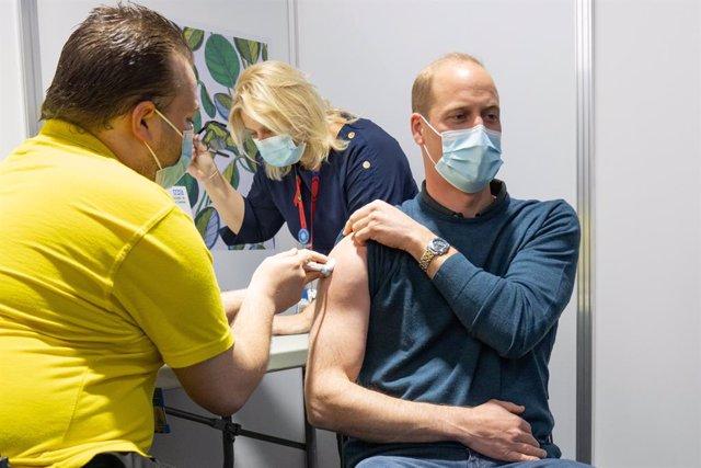 HANDOUT - 20 May 2021, United Kingdom, London: Prince William(R), Duke of Cambridge, receives his first dose of a coronavirus vaccine. Photo: -/Kensington Palace/Twitter via PA Media/dpa - ACHTUNG: Nur zur redaktionellen Verwendung im Zusammenhang mit der