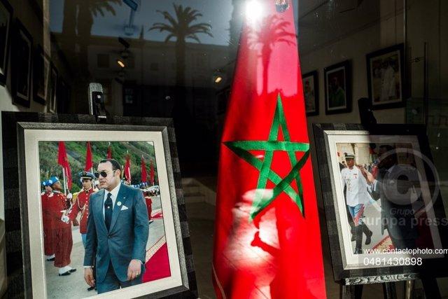 Bandera de Marruecos junto a un retrato del rey Mohamed VI