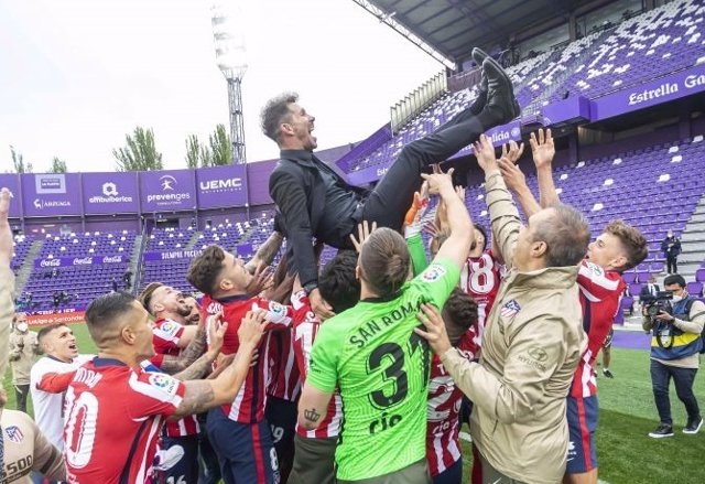 Diego Pablo Simeone, manteado por sus jugadores tras la conquista del título liguero